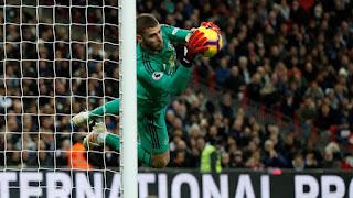 Kiper Manchester United, David de Gea berhasil menangkap bola dari serangan Tottenham Hotspur dalam pertandingan Liga Primer Inggris di Stadion Wembley, London (13/1/2019). - Foto: Reuters
