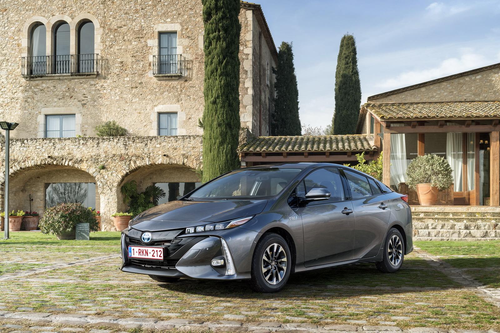 2016 - [Toyota] Prius IV - Page 14 2017-Toyota-PriusPHEV-94