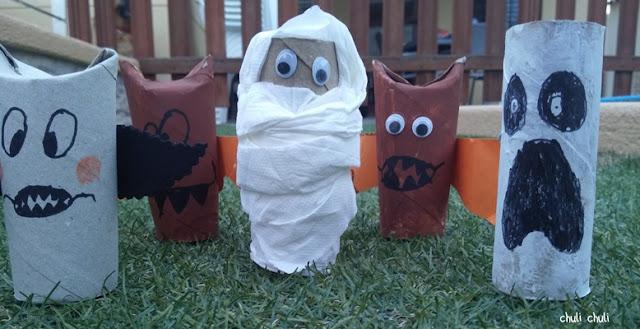 momias, vampiros, fantasmas, con rollos de papel higiénico y pintura
