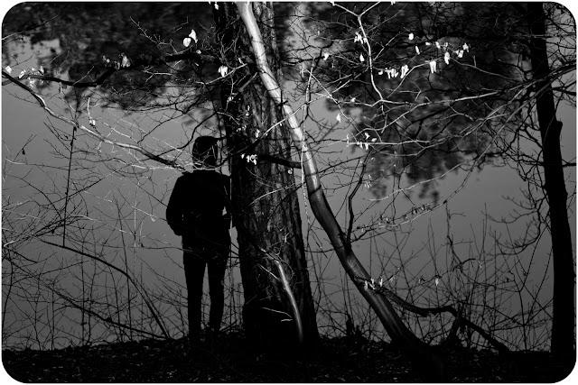 Jurajska wiosna, 2014. Czarno-biała fotografia odklejona. Portret nad jeziorem. fot. Łukasz Cyrus
