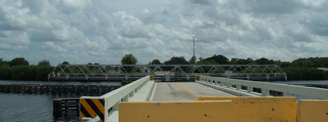 Puente giratorio de Fort Denaud, que permanece temporalmente abierto al tráfico marítimo y cerrado al terrestre
