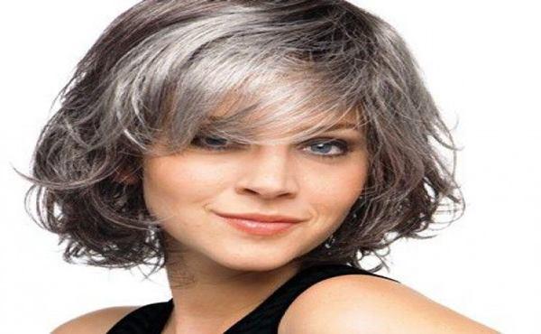 mulher de cabelos grisalhos