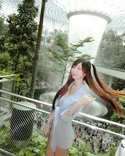 Babes@SG: Cute Asian girl taking photo at Jewel at Changi Airport [5pics]