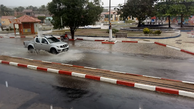 Forte chuva é registrada em Olho D'Água do Casado na tarde desta sexta-feira (14)