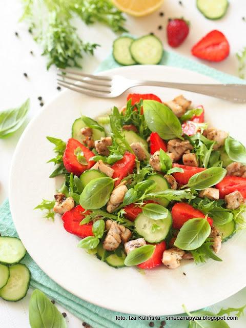 lunch, salata, kurczak, mieso, truskawki, ogorek, bazylia, szybkie danie, pozywna salatka, jak w restauracji