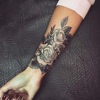Tato mawar di tangan wanita