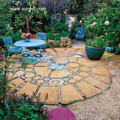 Patio pintoresco junto a un jardín de flores