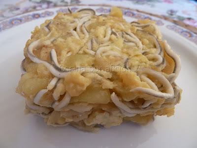 Revuelto de patatas panadera con gulas y gambas