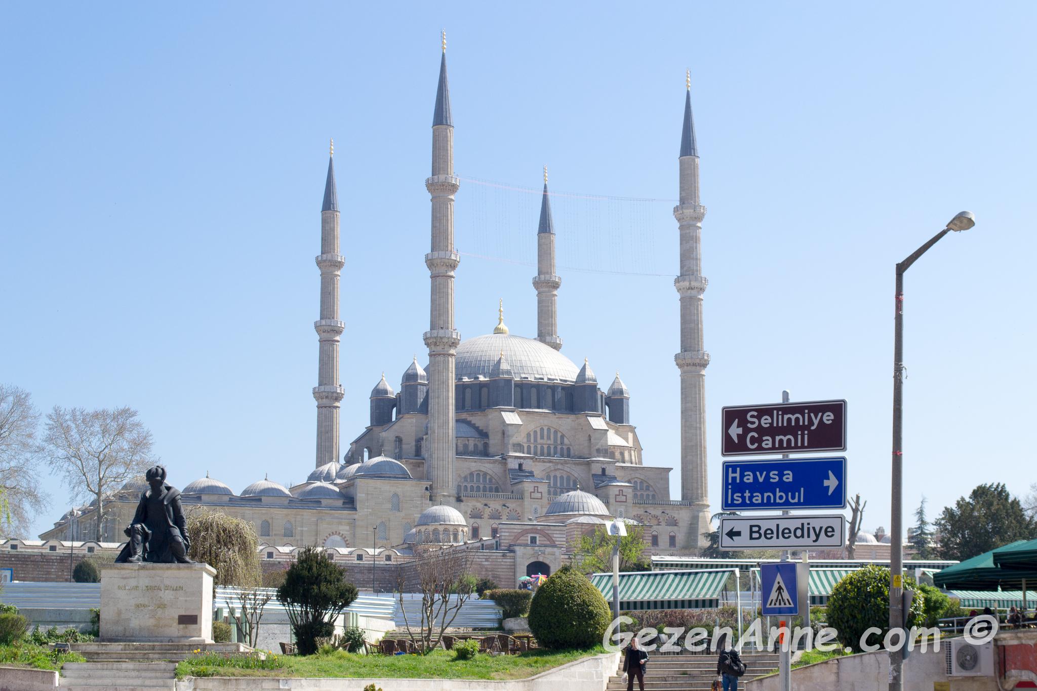 Edirne'de Mimar Sinan ve ustalık eseri Selimiye Cami yanında oğlumla hatıra fotoğrafı
