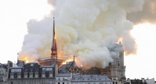 عاااجل... كاتدرائية نوتردام في باريس تحت رحمة النيران