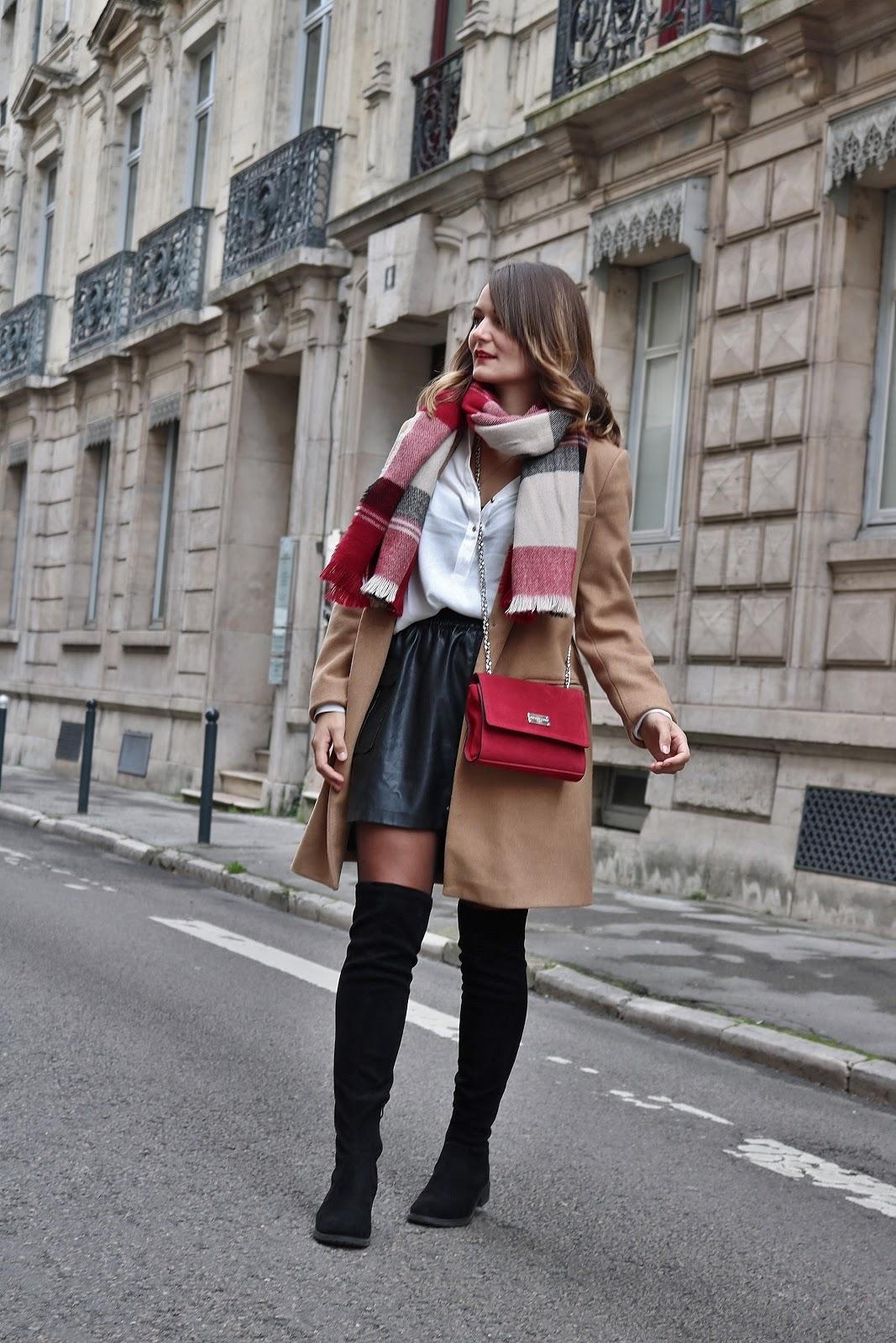 pauline dress blog mode déco lifestyle besancon tenue octobre 2017 cuissardes jupe similicuir blouse blanche manteau camel sac rouge grosse echarpe plan tourné