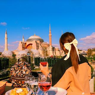 Istanbul, Alessia Siena guarda Santa Sophia dalla terrazza del ristorante Seven Hills