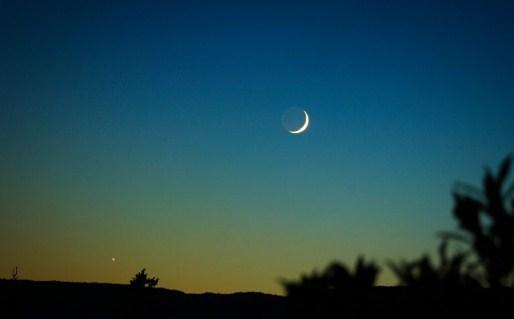 Lafadz Doa Melihat Bulan Tanggal Satu [Arab, Latin, Arti, Audio]