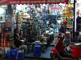 Stallo Street in un mercato di Hanoi