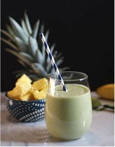 Smoothie Teh Matcha Tropis.  Bahan: nanas, kelapa, teh hijau matcha.