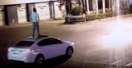 Chinês surfa em teto de carro em movimento sem motorista - Capa