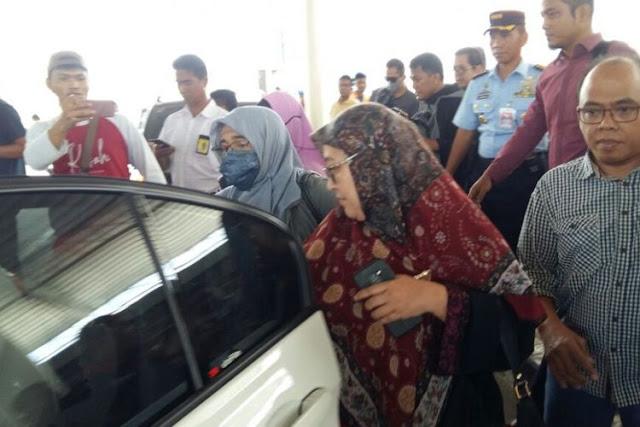 3 Jam Neno Warisman Tertahan di Gerbang Bandara, Massa Pendukung Datang Ingin Bebaskan