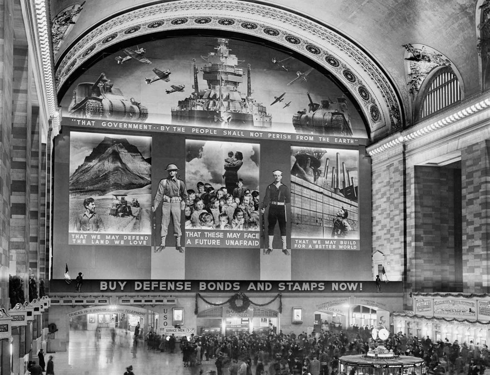 Un fotomural masivo para promover la venta de bonos de defensa, diseñado por la Administración de Seguridad Agrícola, en el vestíbulo de Grand Central Terminal, en 1941.