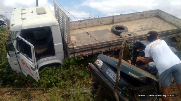 Homem morre e mulher fica ferida e presa às ferragens de veículo em acidente em Taquaritinga do Norte
