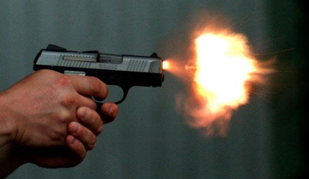 Σκηνές Σικάγο στο Χαϊδαρι: Δύο άνδρες πυροβόλησαν γυναίκα στο κεφάλι μέσα στο σπίτι της