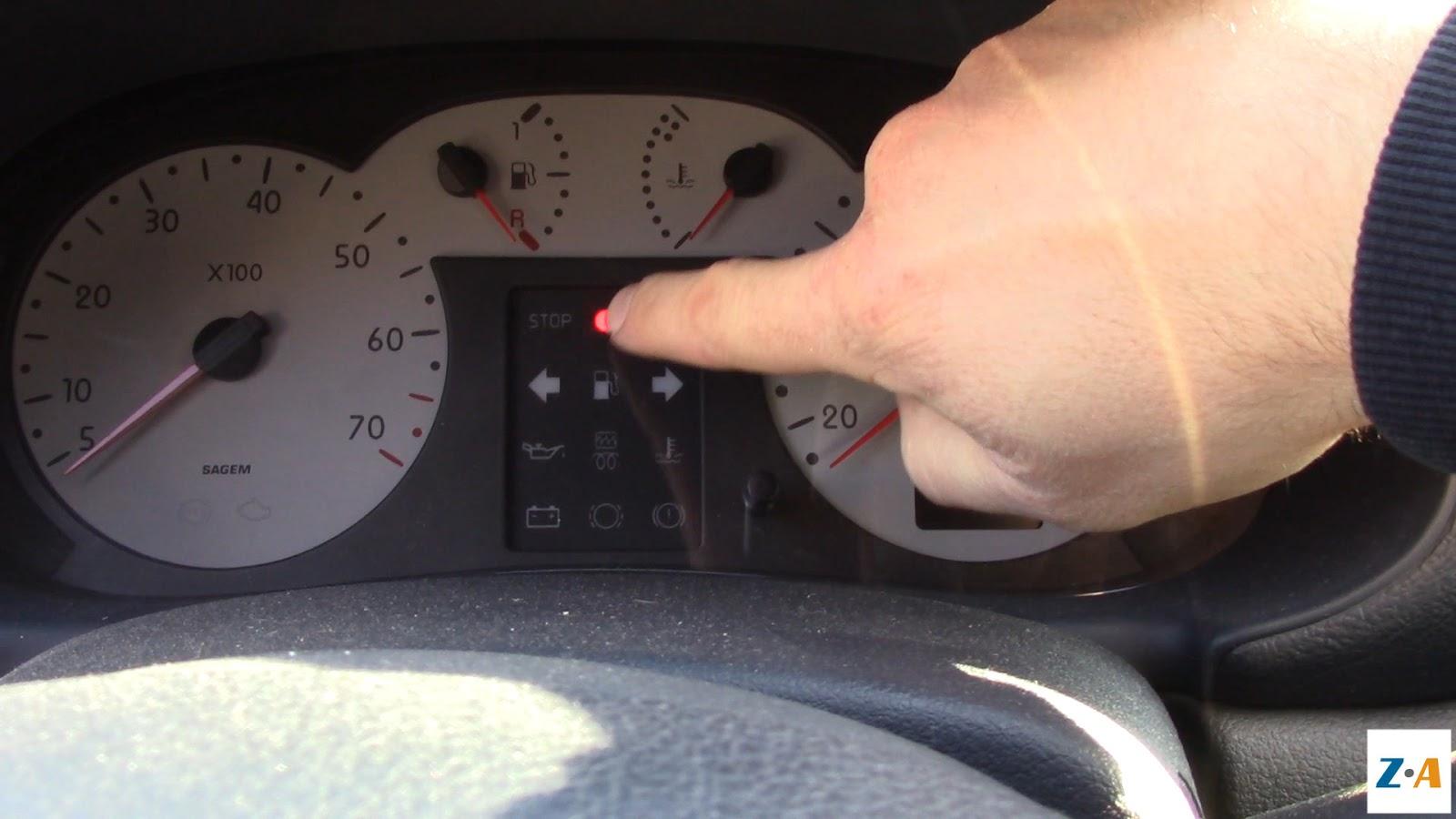 Avant de mettre la clé de contact, le tableau de bord indique que l'anti-démarrage est actif et qu'il ne connaît pas le niveau de carburant dans le réservoir.