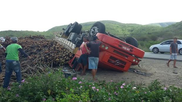 Caminhão carregado de madeira tomba na BR-104