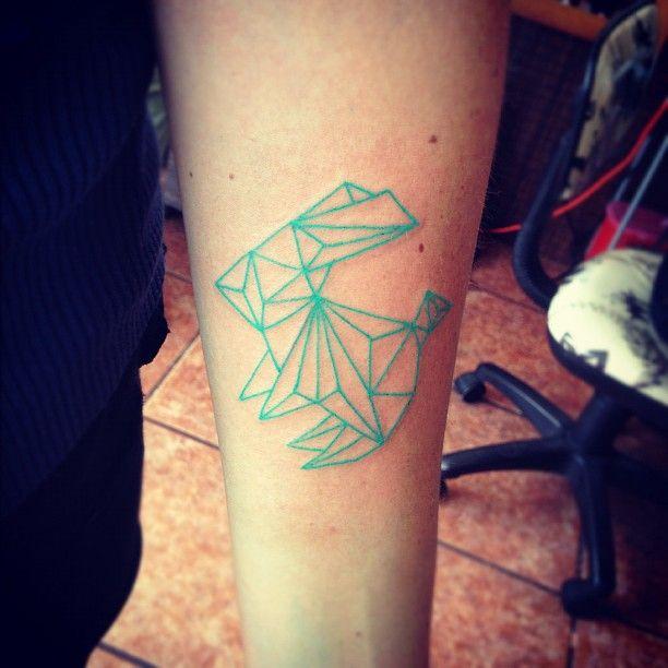 fotografia del tatuaje de una figura origami