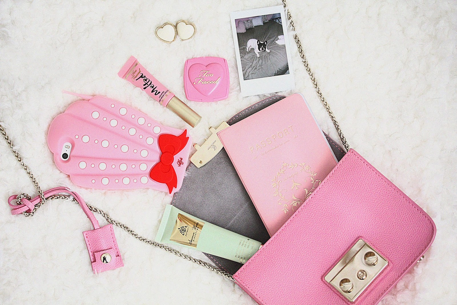 http://www.rosemademoiselle.com/2015/11/whats-in-my-bag.html