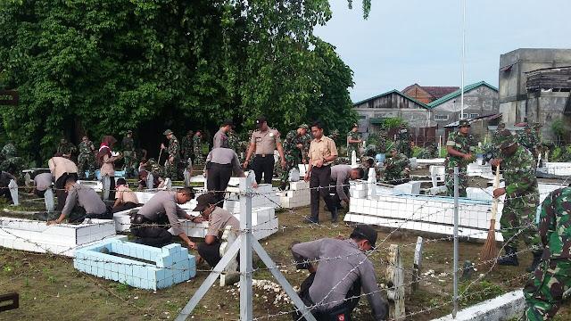 Kodim di Aceh Barat Bersihkan Taman Makam Pahlawan