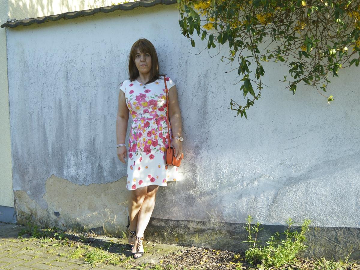 Frühlings-Outfit: Weißes Blumenprint Kleid