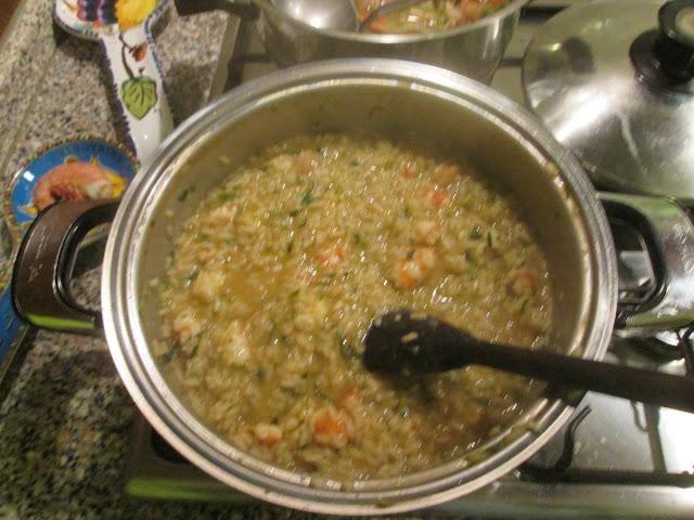 Risoto de camarão e abobrinha cozinhando na panela
