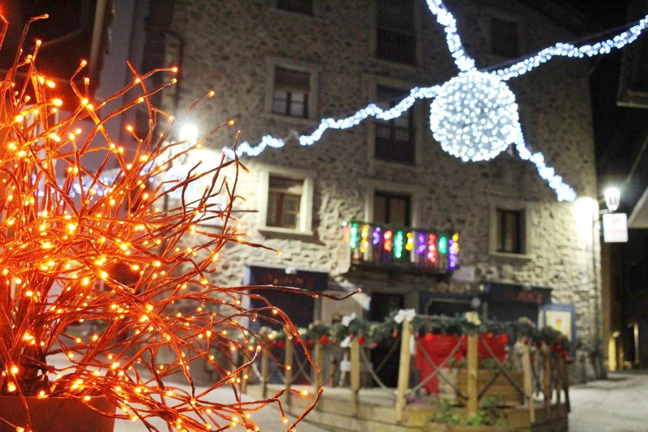 Decorações natalinas no bairro antigo de Andorra la Vella.