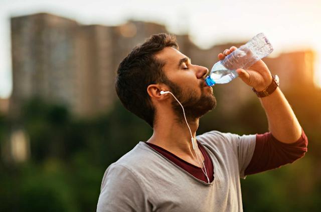 صاادم...شاب قرر أن يشرب 10 لتر من الماء يوميا لمدة شهر والنتيجة كانت صادمة…