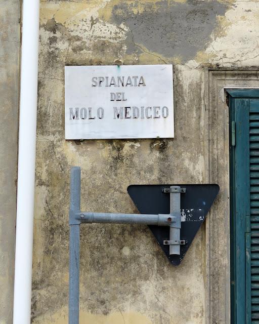 A shy traffic sign, Spianata del Molo Mediceo, Livorno