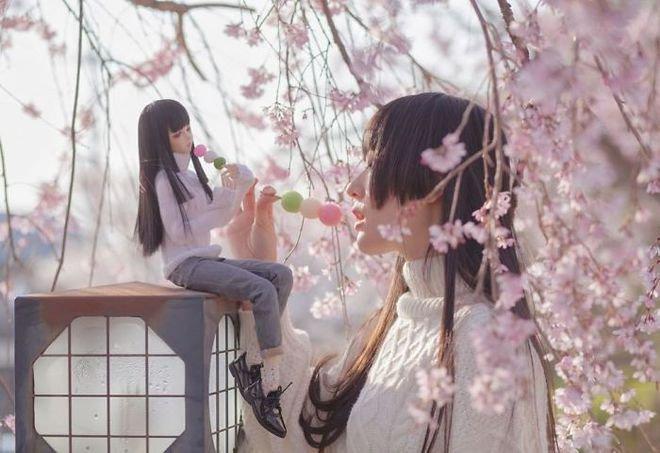 Cewek Jepang Ini Berfoto Dengan Boneka & Hasilnya Bikin Terpana