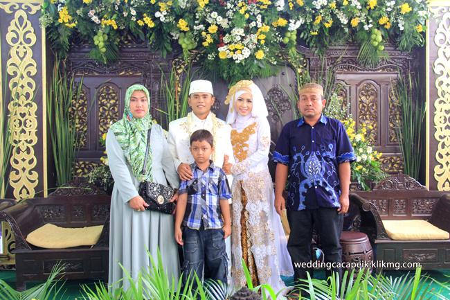 Foto Liputan Pernikahan Chaca & Peik [ 05 - Pose Keluarga Setelah Akad Nikah ] - Foto Oleh : Klikmg Fotografer Wedding Purwokerto