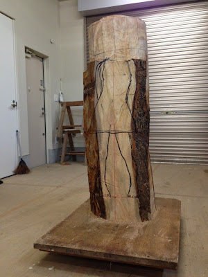 Escultura surrealista tallada en madera