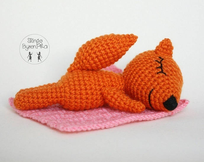 Лисичка сплюшка игрушка крючком