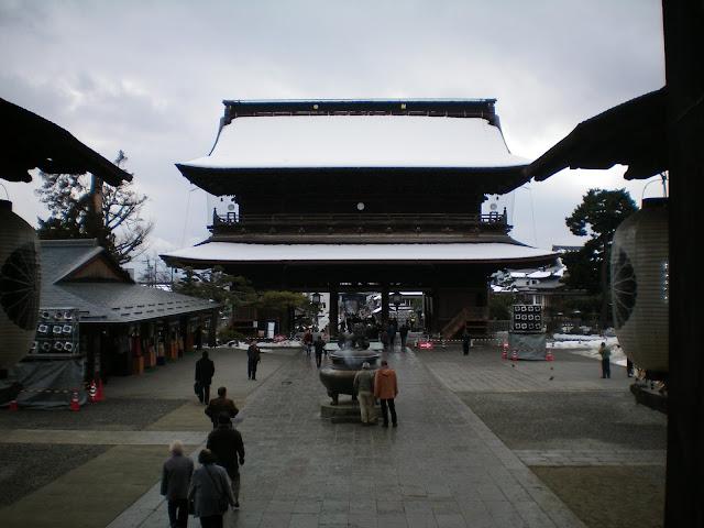 Puerta Sanmon del templo Zenko-ji en Nagano