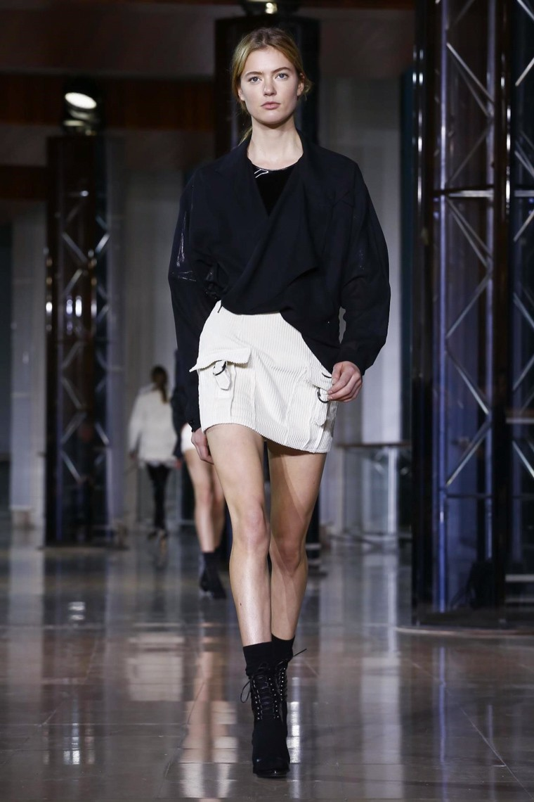 anthony-vaccarello-fall-winter-2016-2017-collection-paris-fashion-week, anthony-vaccarello-fall-winter-2016-2017, anthony-vaccarello-fall-winter-2016, anthony-vaccarello-fall-winter-2017, anthony-vaccarello-fall-2016, anthony-vaccarello-fall-2017, anthony-vaccarello-versace, sexy-girl, sexy-woman, sexy-fashion, dudessinauxpodiums, du-dessin-aux-podiums