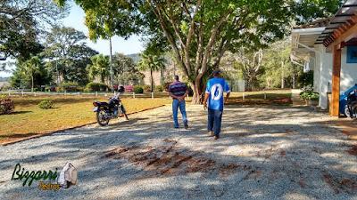 Bizzarri visitando as obras e orientando onde vamos fazer a execução dos caminhos de pedra no jardim com pedra paralelepípedo com a execução das ruas de pedra em sede da Fazenda em Atibaia-SP com execução do paisagismo. 17 de agosto de 2016.