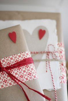 Papel kraft e barbante de confeiteiro, o vermelho combina super bem! Uma embalagem simples e delicada para os seus doces.