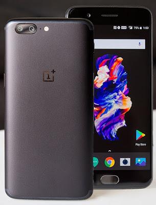 Spesifikasi Oneplus 5      Smartphone-nya sendiri langsung mencuri hati saya saat pertama kali memegangnya, begitu tipis, dengan backcover metal yang finishingnya lembut sekali di tangan. Dan meskipun berdimensi layar 5,5 inci, tetapi saya masih mampu memegangnya dengan nyaman, kecuali saat saya sadar bahwa ponsel ini di Indonesia dijual dengan harga delapan jutaan. Rasanya hati ini langsung merasa riskan dan tak tenang, mengingat memang OnePlus 5 terbilang licin sekali.   Banyak orang bilang OnePlus 5 ini terlalu mirip dengan iPhone 7 Plus, mulai dari posisi dua kamera belakang dan LED Flash-nya, garis antenanya, hingga penempatan tombol-tombolnya yang memisahkan antara tombol power di kanan dengan tombol volume dan profile switch di sisi kiri.   Di sisi bawah ini pula terdapat port USB type-C dan speaker grille. Sayang posisi speaker ini berada di kiri yang mana membuatnya pasti tertutupi tangan pengguna saat dipegang dalam posisi landscape. Padahal secara kualitas, bisa dibilang tak ada masalah dengan speaker yang bunyinya lantang ini.    Kelebihan  Penampilan desain terlihat begitu mewah & stylish, berkat lapisan bahan metal diseluruh permukaan casingnya. Layar Optic AMOLED seluas 5.5inchi, resolusi 1080p ( Full HD ), yang sangat nyaman dioprasikan dengan paparan layar tajam dan jernih. Dipercantik dengan sentuhan 2.5 D Curved Arc, yang menam