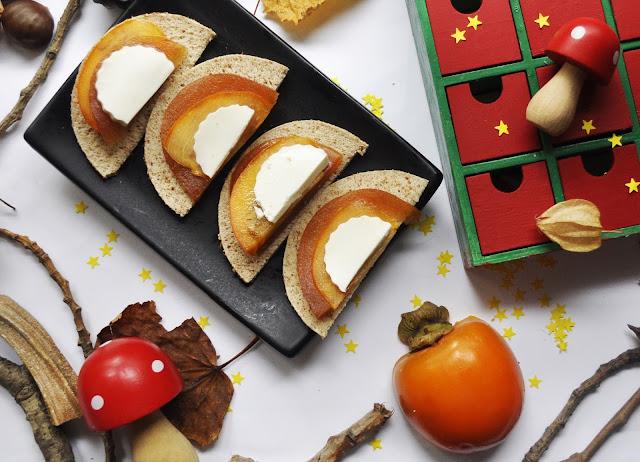 ,membrillo, queso de burgos y caqui y pan todo cortado en medios circulos