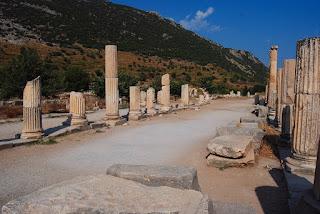 une des bordures de l'agora, avec son péristyle