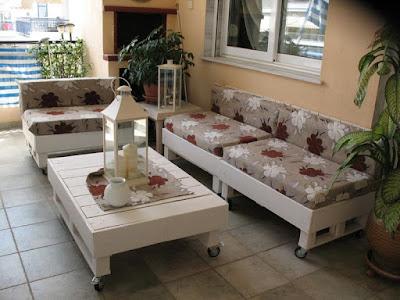 Com um pouco de criatividade é possível transformá-los em muitas coisas incríveis e originais. Veja abaixo alguns modelos de sofás criados com madeiras de paletes.