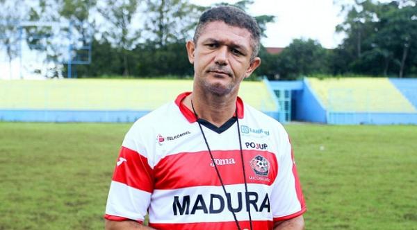 Gomes de Oliviera Mundur dari Jabatan Pelatih Madura United
