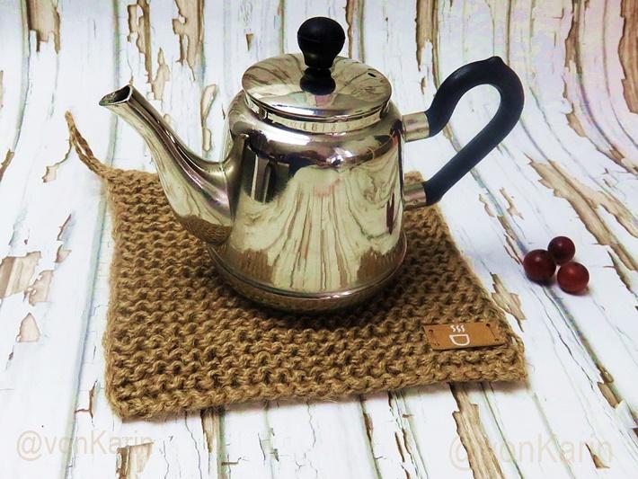 gestrickter Untersetzer mit Teekanne