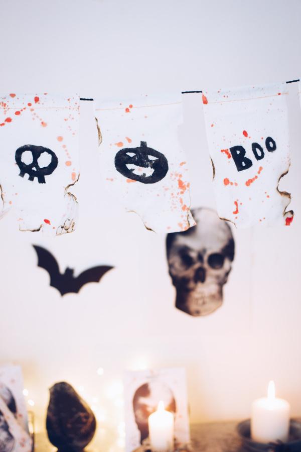 Halloween Dekoration selber machen: Anleitung für eine gruselige Wimpelkette mit Kartoffeldruck. Happy Crafting by titatoni.de