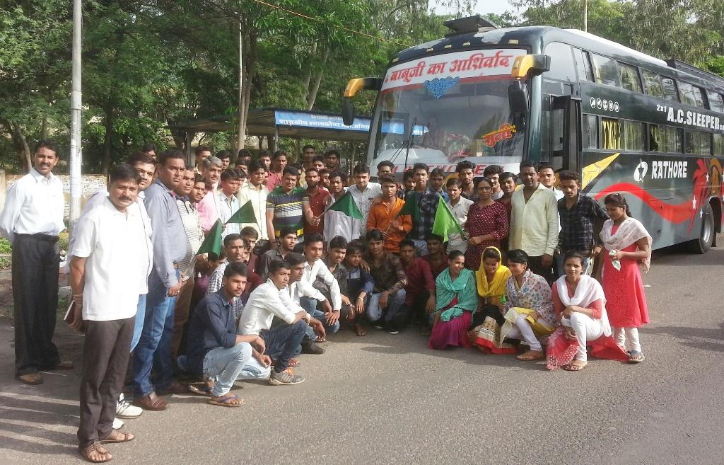 Alirajpur News- अलिराजपुर टूरिज्म जॉब फेयर हेतु जिले से 200 युवाओं को विधायक नागरसिंह चौहान ने हरी झंडी दिखाकर किया रवाना